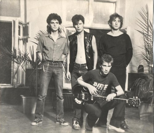 Слева-направо: Макс, Юра Хой, Олег Крюк; Семен Тетиевский(с гитарой), июнь 1988 г.